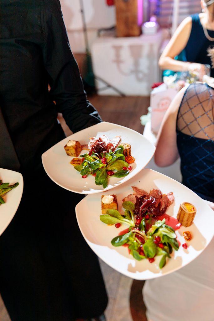 Winterliches Abendessen wird serviert bei einer Hochzeit