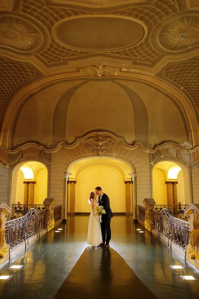 Brautpaar küsst sich nach der Trauung im Rathaus
