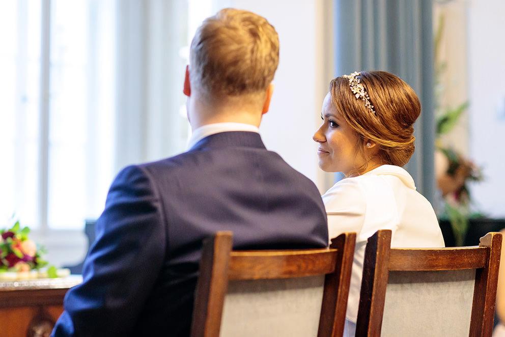 Blicke der Braut bei Trauung im Standesamt Potsdam