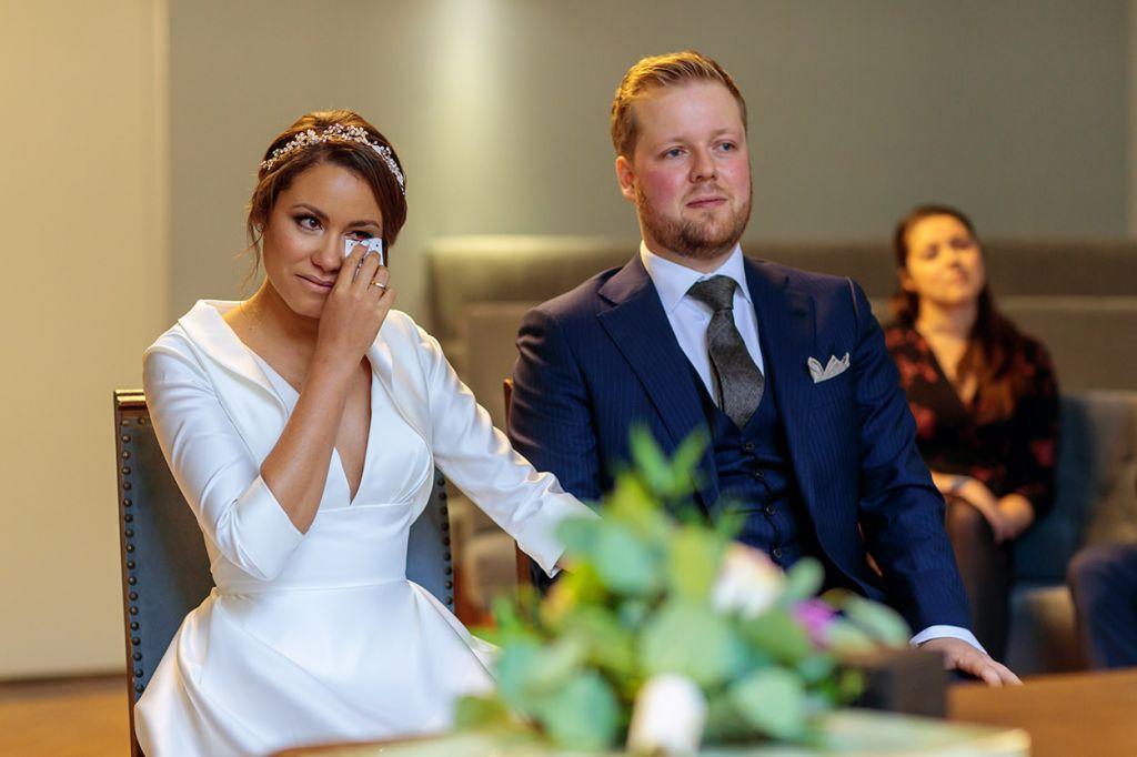 Braut ist zu Tränen gerührt während der Trauung