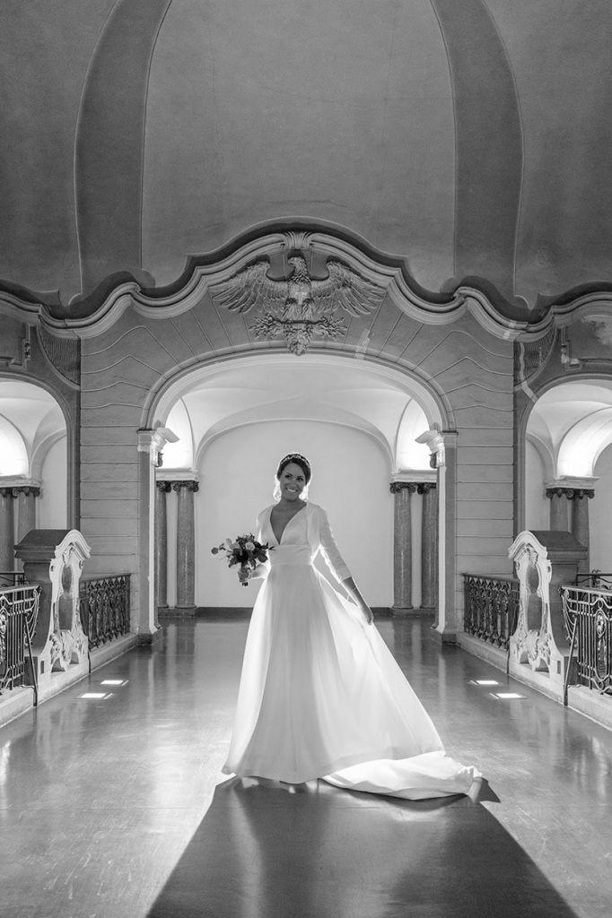 Braut mit langem Kleid im Rathaus Potsdam