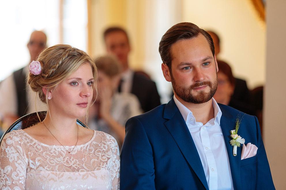 Brautpaar den Tränen nah bei der Trauung