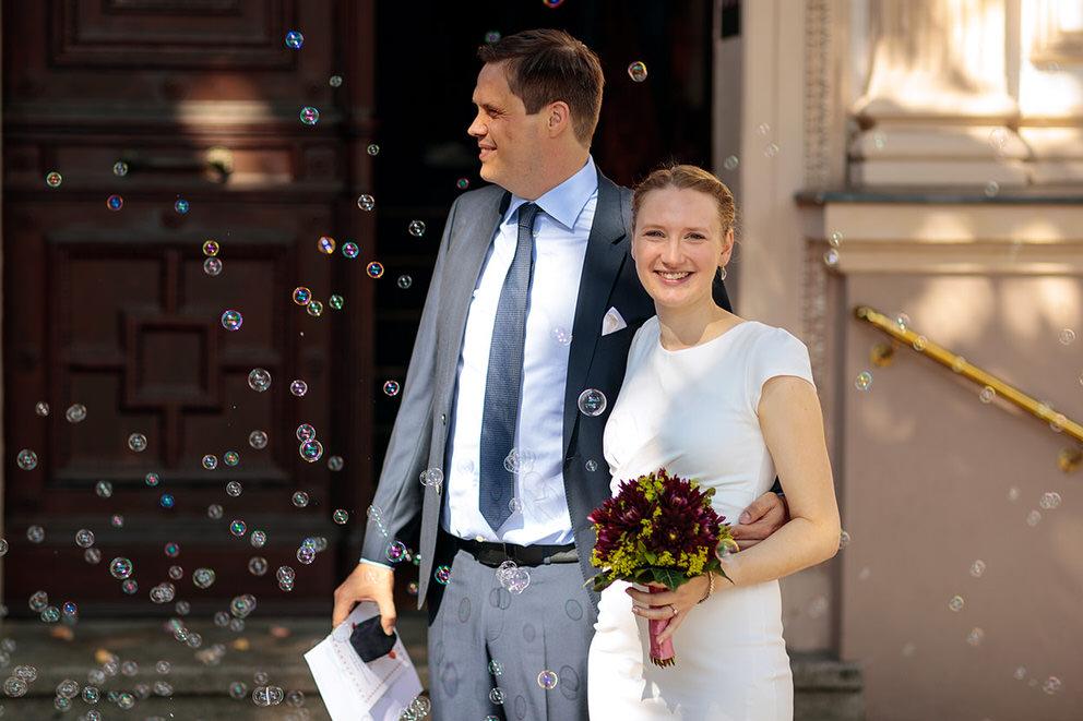 Brautpaar glücklich nach der Trauung im Standesamt Charlottenburg