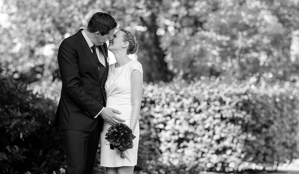 Brautpaar küsst sich nach Trauung im Garten