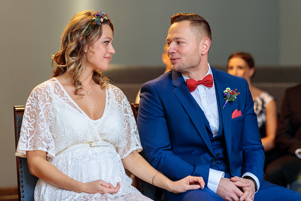 Brautpaar blickt sich an während der Trauung