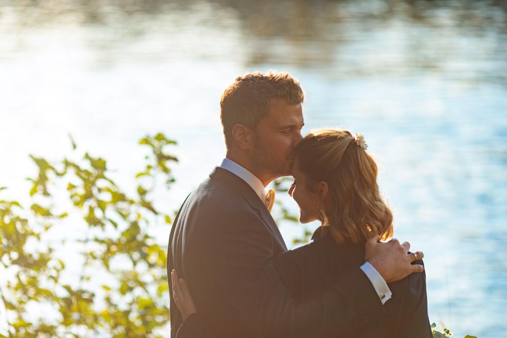 Bräutigam küsst seine Braut auf die Stirn