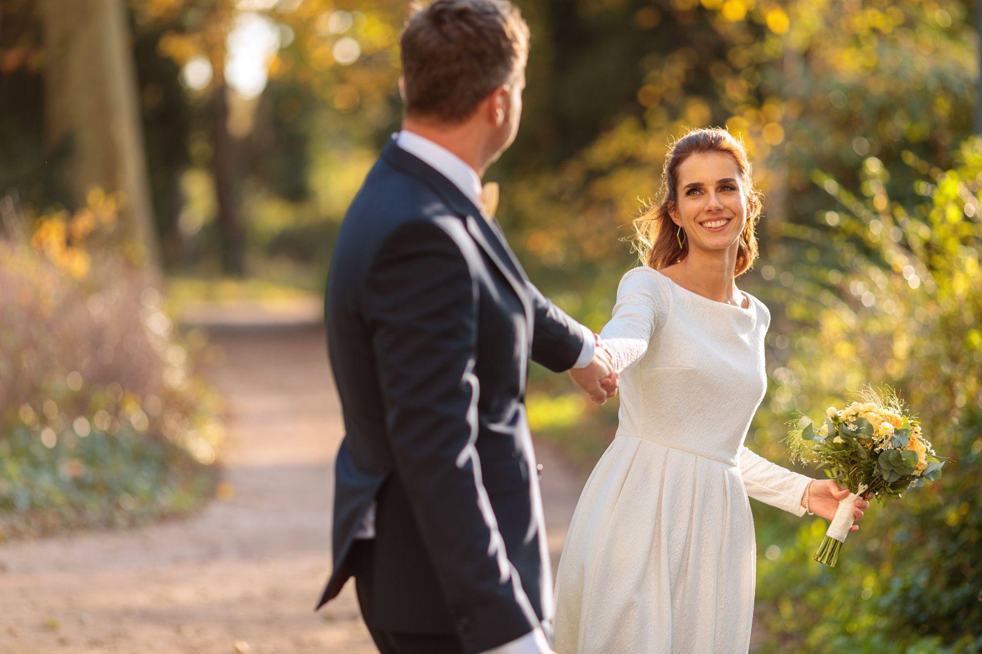 Brautpaar spaziert im Herbst durch Berlin