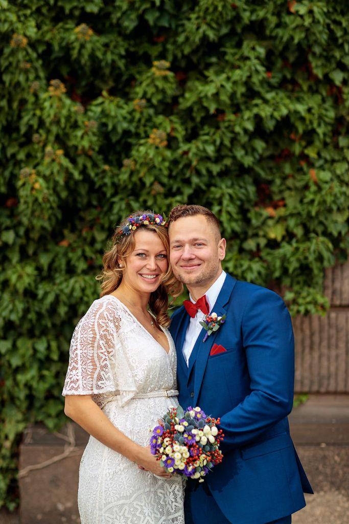 Brautpaar vor Rathaus Potsdam nach standesamtlicher Trauung