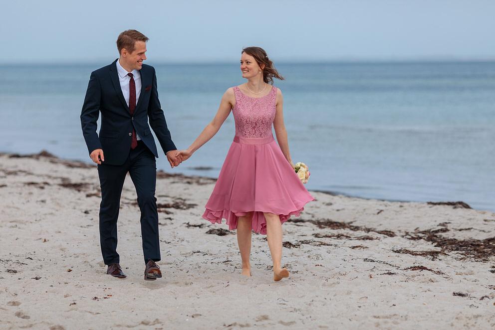 Brautpaar spaziert am Strand