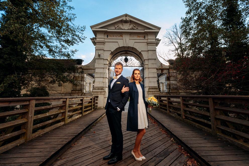 Brautpaar steht vor Torbogen