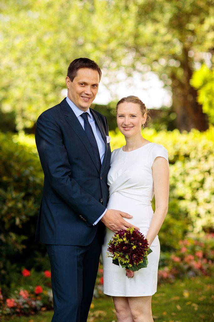 Brautpaar nach standesamtlicher Trauung im Park
