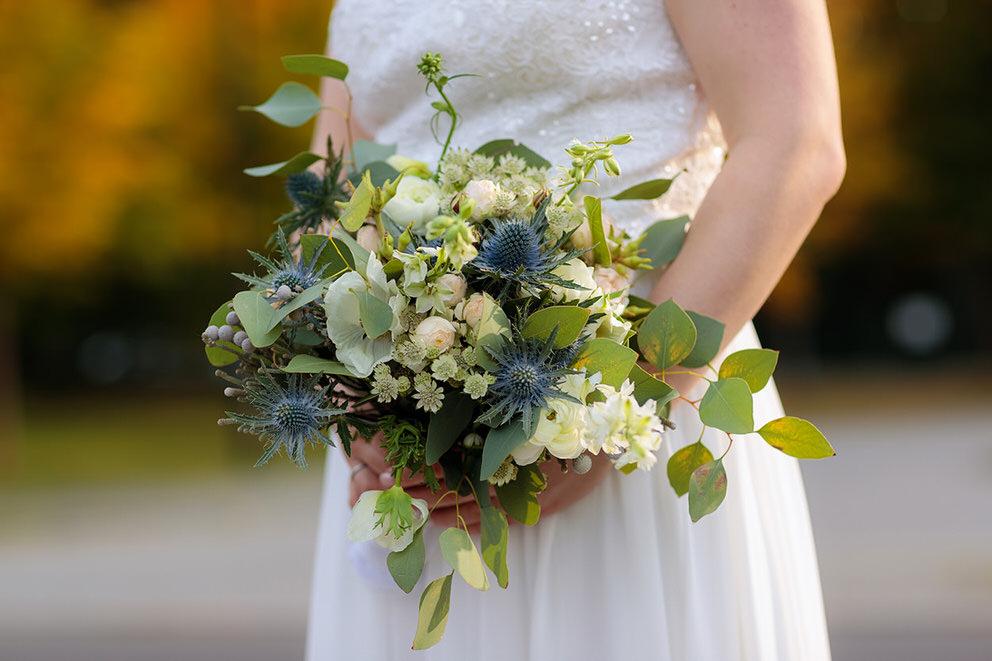 Brautstrauss mit Disteln und Blumen