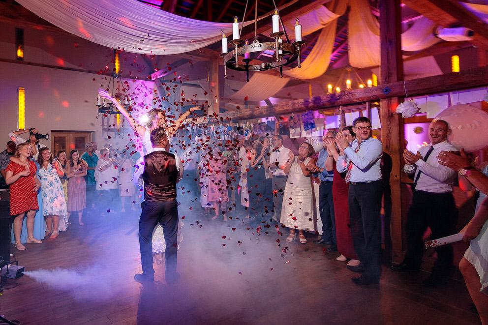 Braut wird vom Bräutigam hochgehoben beim Hochzeitstanz