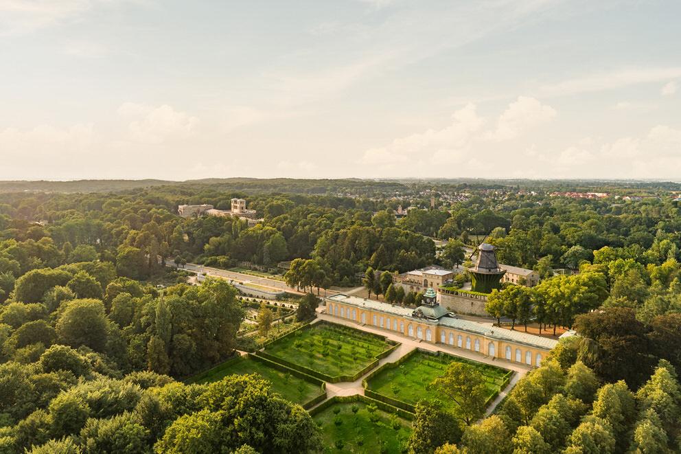 Luftaufnahme von den Neuen Kammern und Park Sanssouci in Potsdam