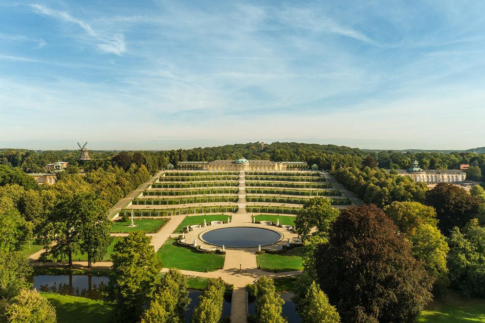 Drohnenaufnahme von Schloss Sanssouci in Potsdam