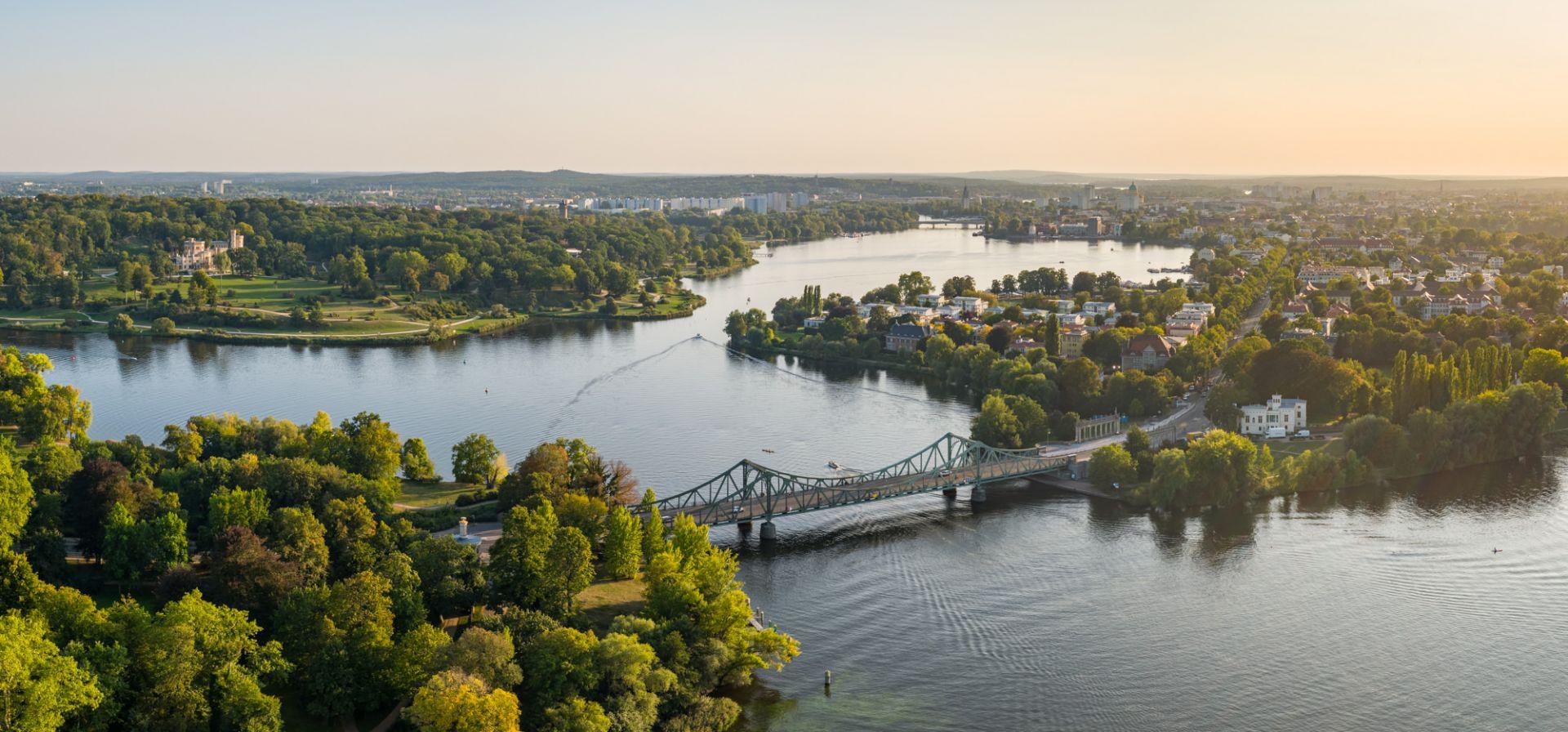 Panorama Aufnahme über Potsdam mit Glienicker Brücke, Havel und Schloss Babelsberg