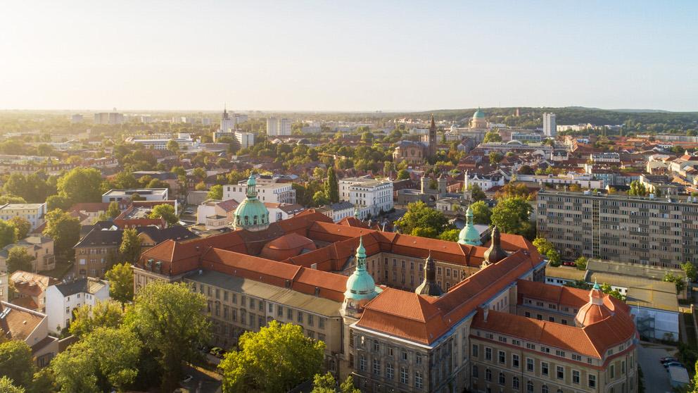 Eine Luftaufnahme von Potsdam bei Sonnenschein mit der Drohne