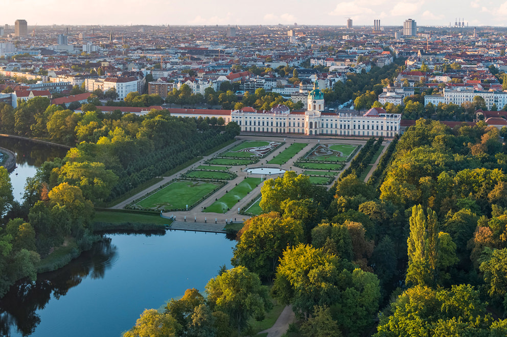 Luftaufnahme von Park und Schloss Charlottenburg in Berlin im Auftrag für die SPSG
