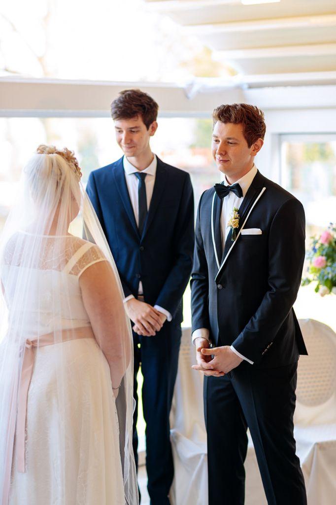Innig blickt der Bräutigam seine Braut an