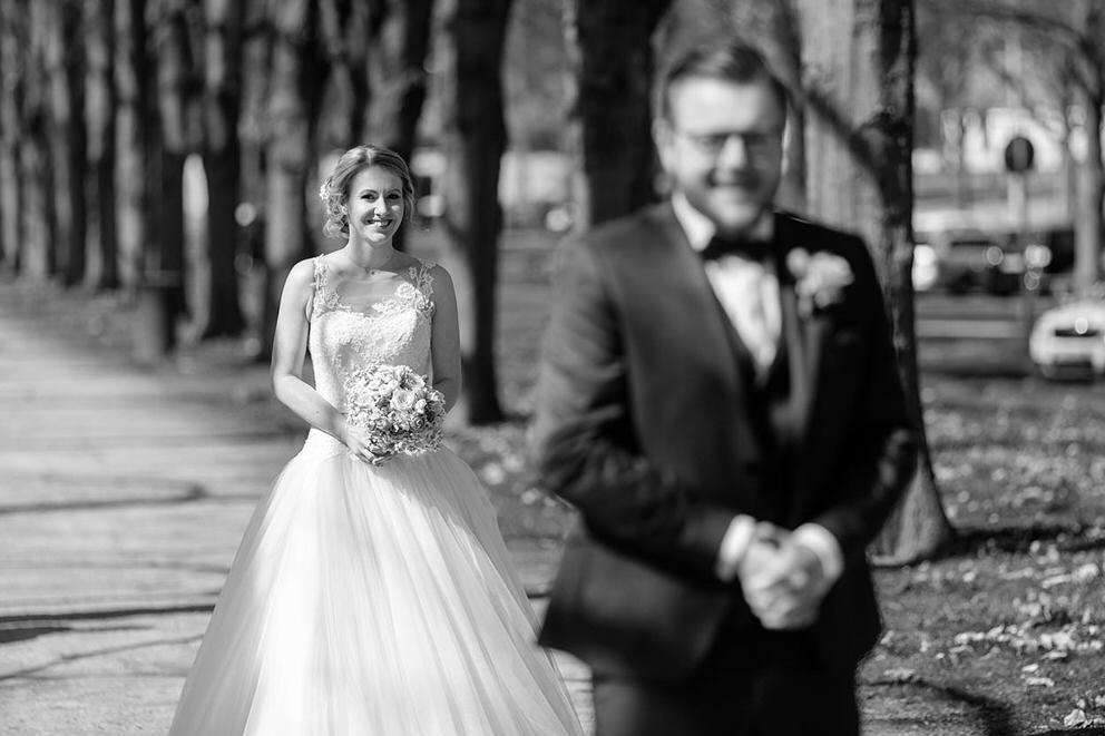 Braut spaziert zu ihrem Bräutigam beim First Look