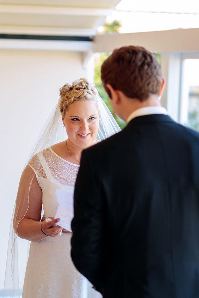 Braut blickt ihren Bräutigam an bei der Trauung