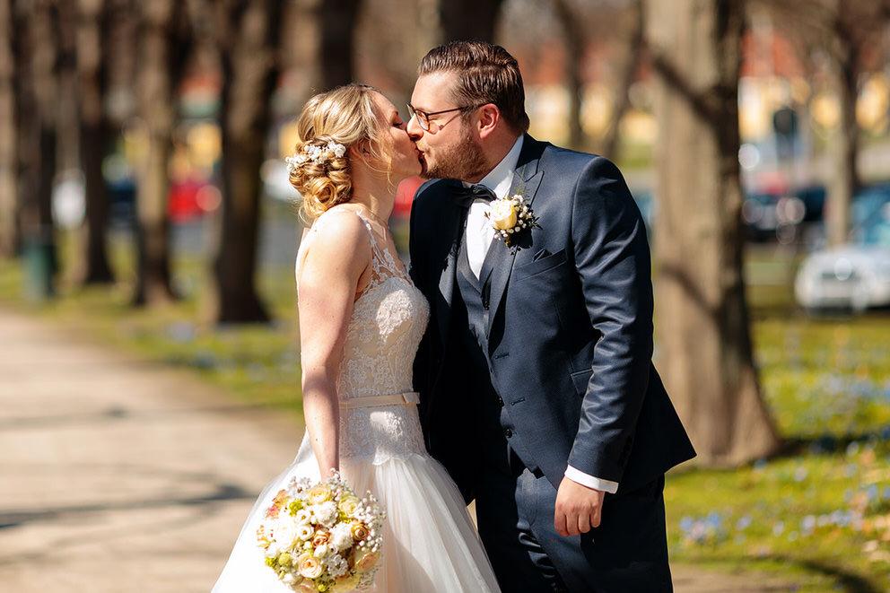 First Look bei einer Hochzeit im April