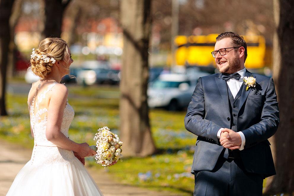 Braut und Bräutigam sehen sich beim First Look