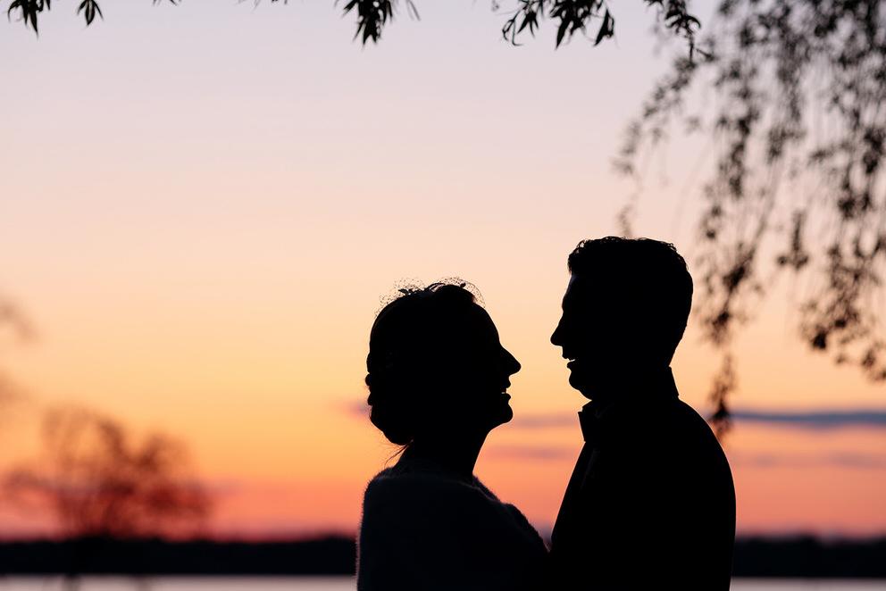 Silhouette von einem Brautpaar beim Sonnenuntergang