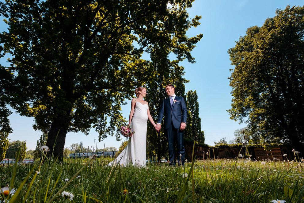 Brautpaar steht im Stadtpark