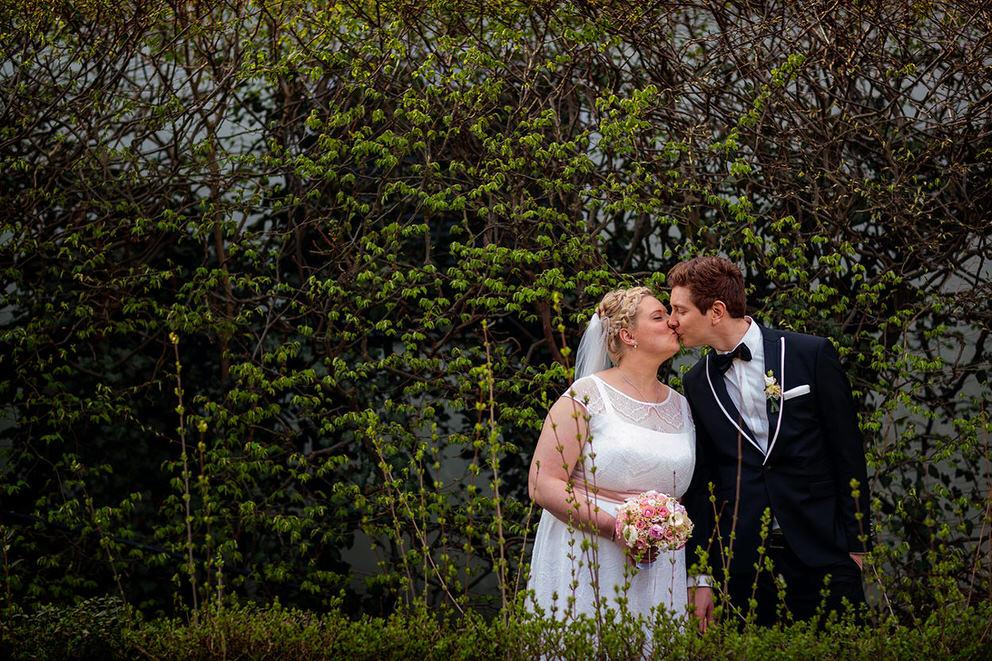 Brautpaar küsst sich in Berlin