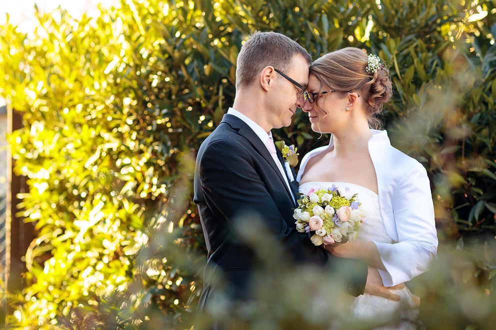 Brautpaar genießt die Frühlingssonne