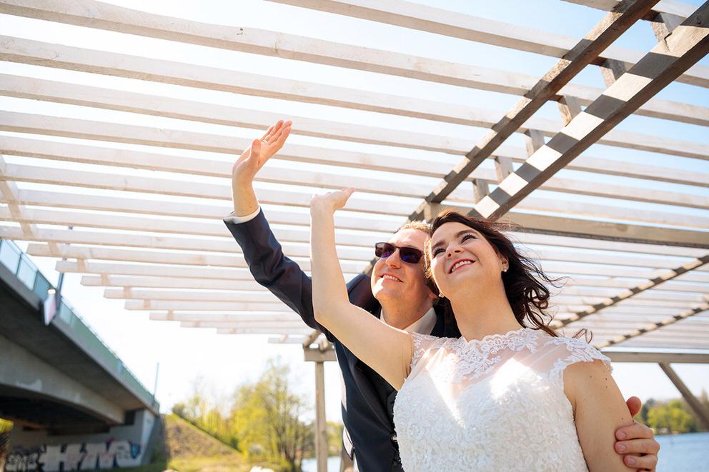 Brautpaar winkt von Boot aus
