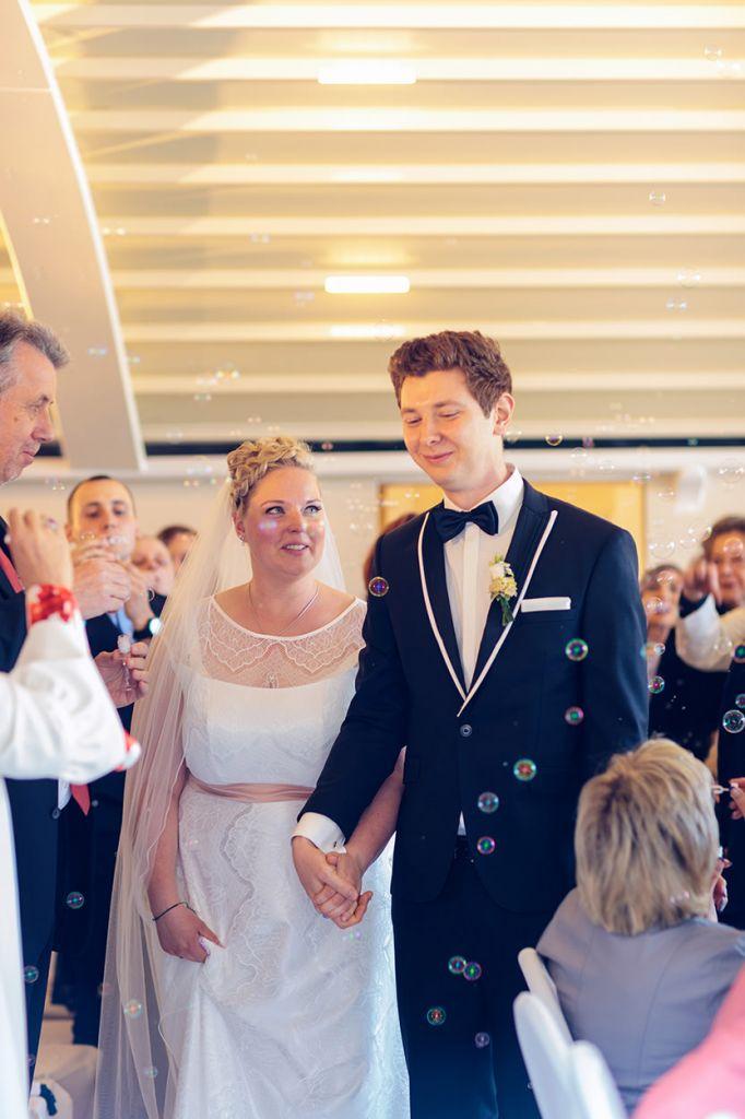 Das frisch getraute Brautpaar lässt sich beglückwünschen
