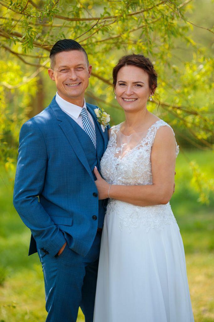 Brautpaar nach standesamtlicher Trauung im Grünen