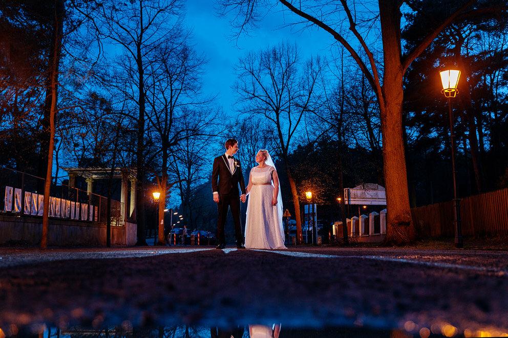 Brautpaar zur Blauen Stunde in Berlin