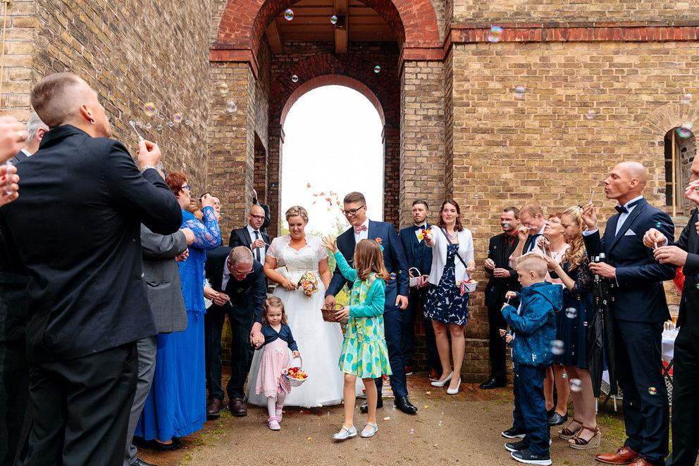 Brautpaar verlässt die Kirche nach der Trauung