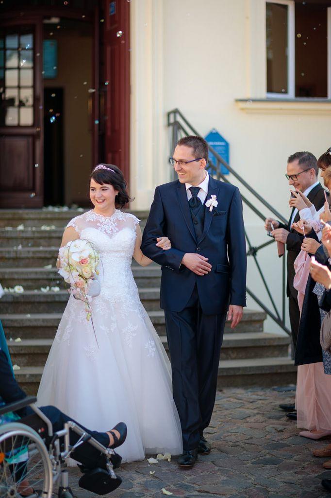 Brautpaar verlässt das Standesamt nach Trauung