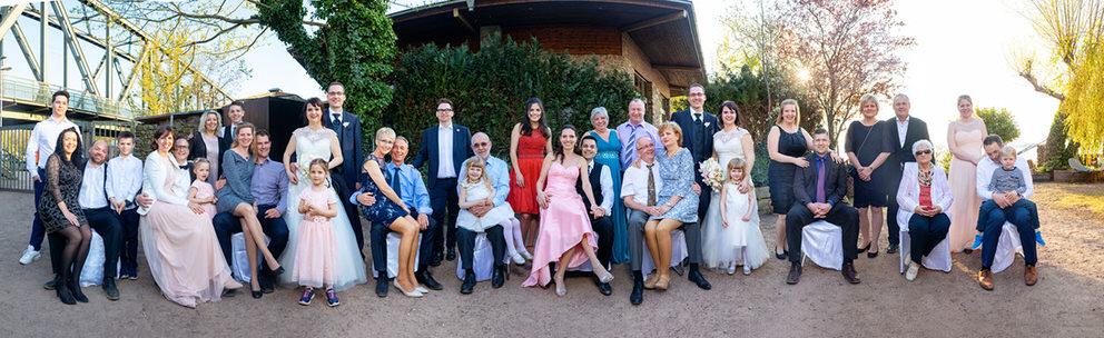 Gruppenfoto bei einer Hochzeit im April