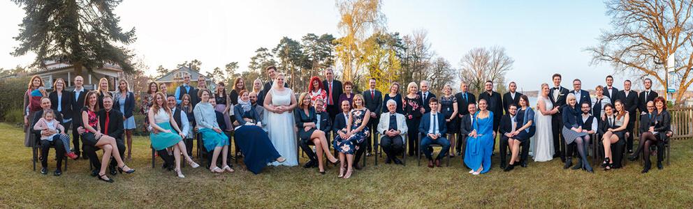 Gruppenfoto bei einer Hochzeit als Panorama