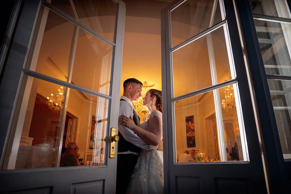 Hochzeitsfotograf Berlin-Potsdam mit Brautpaar im Abendlicht vor der Party