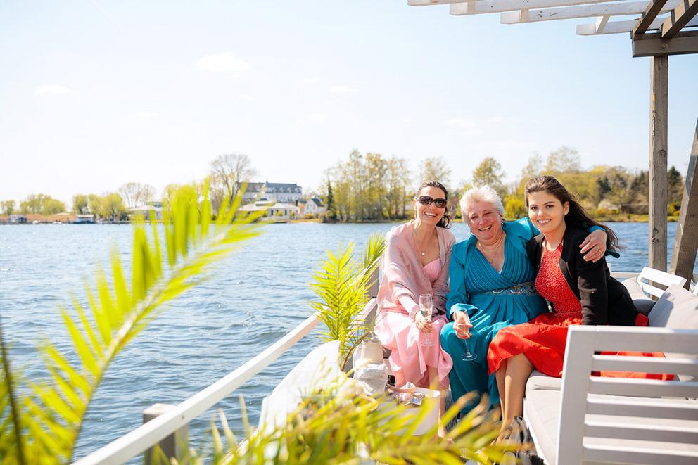 Hochzeitsgäste auf einem Boot
