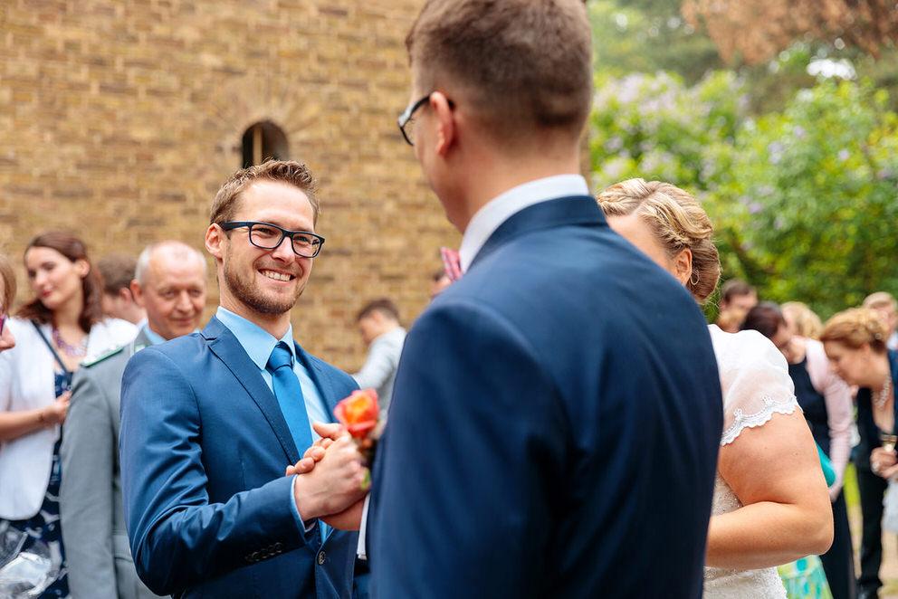 Hochzeitsgast gratuliert dem Bräutigam