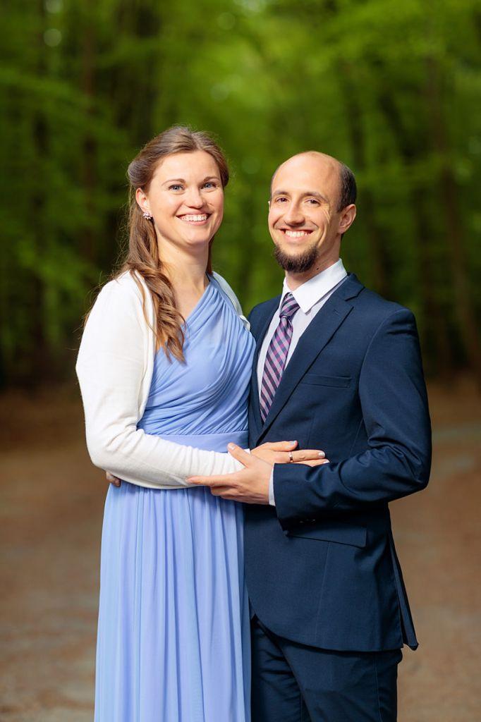 Hochzeitsgäste machen Paarfotos bei Hochzeitsfeier