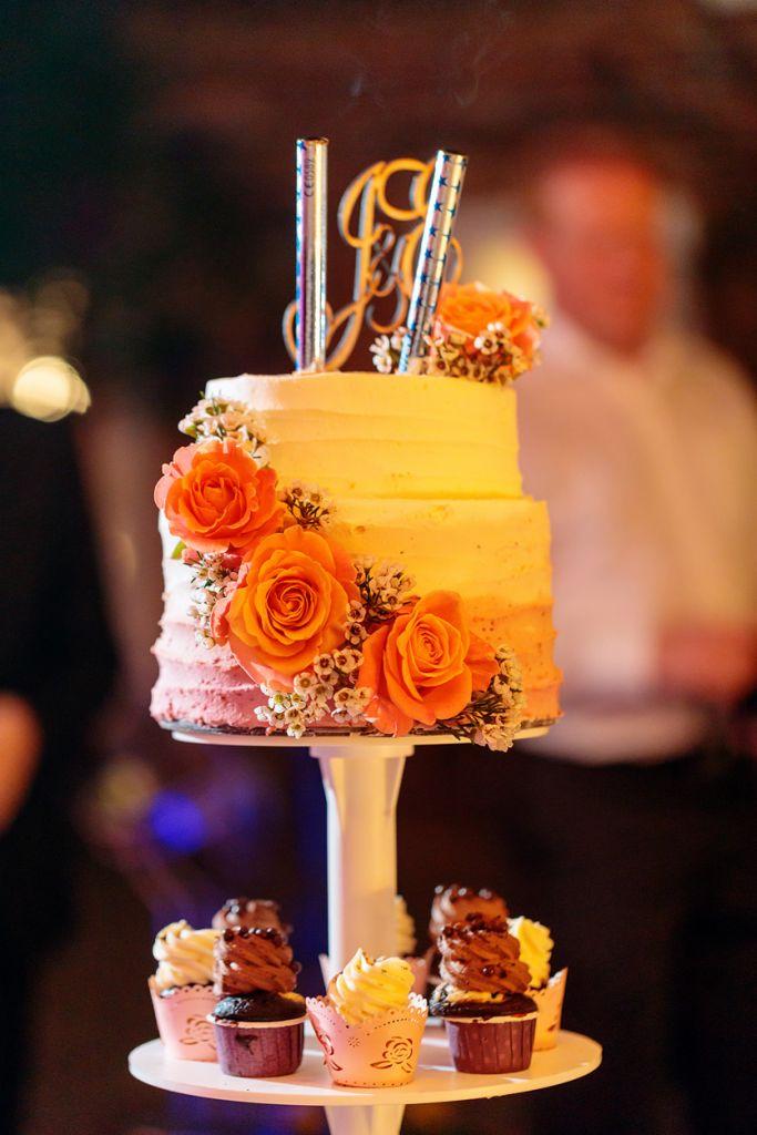 Hochzeitstorte mit Blumen und Mini Cupcakes