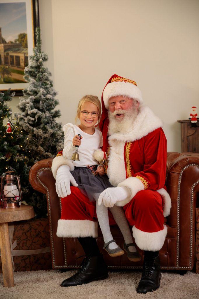 Kind und Weihnachtsmann freuen sich