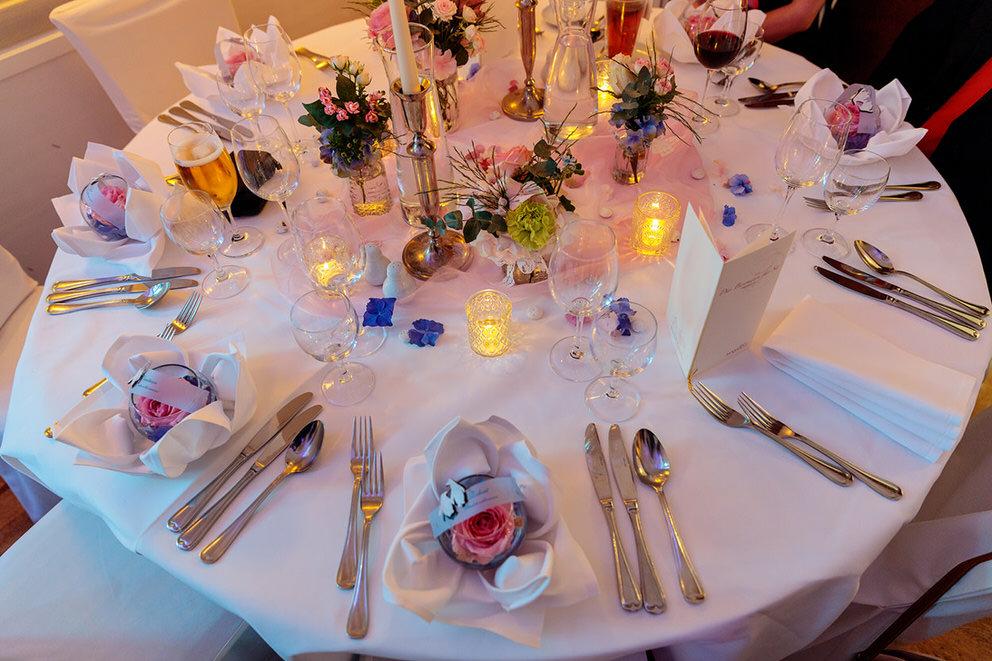Eine frühlingshafte Tischdekoration für eine Hochzeit