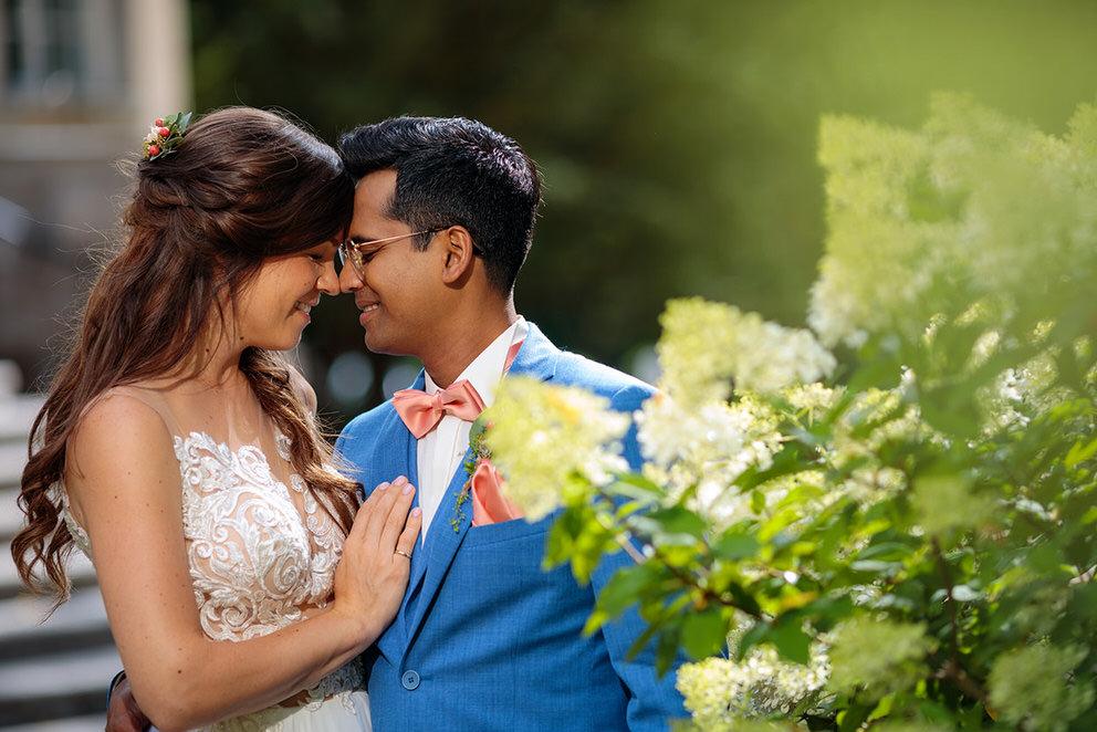 Glückliches Brautpaar nach der Trauung zur Corona Zeit