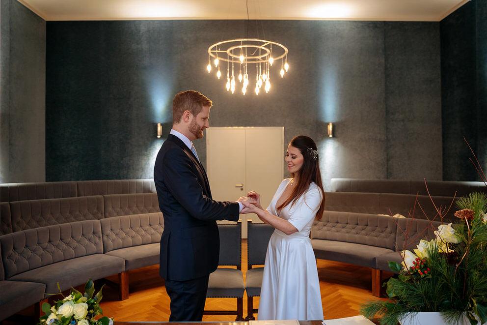 Ringtausch bei intimer Hochzeit im Winter zur Corona-Zeit