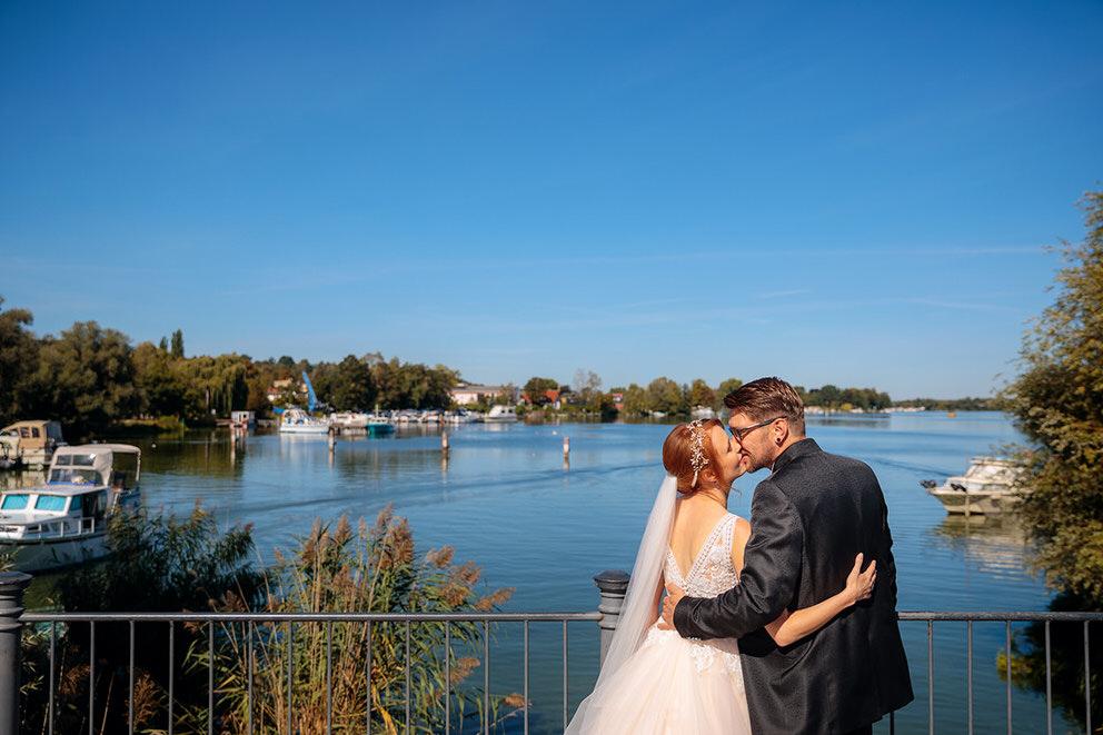 Brautpaar auf Werder Insel bei herrlichem Sonnenschein im Corona Jahr