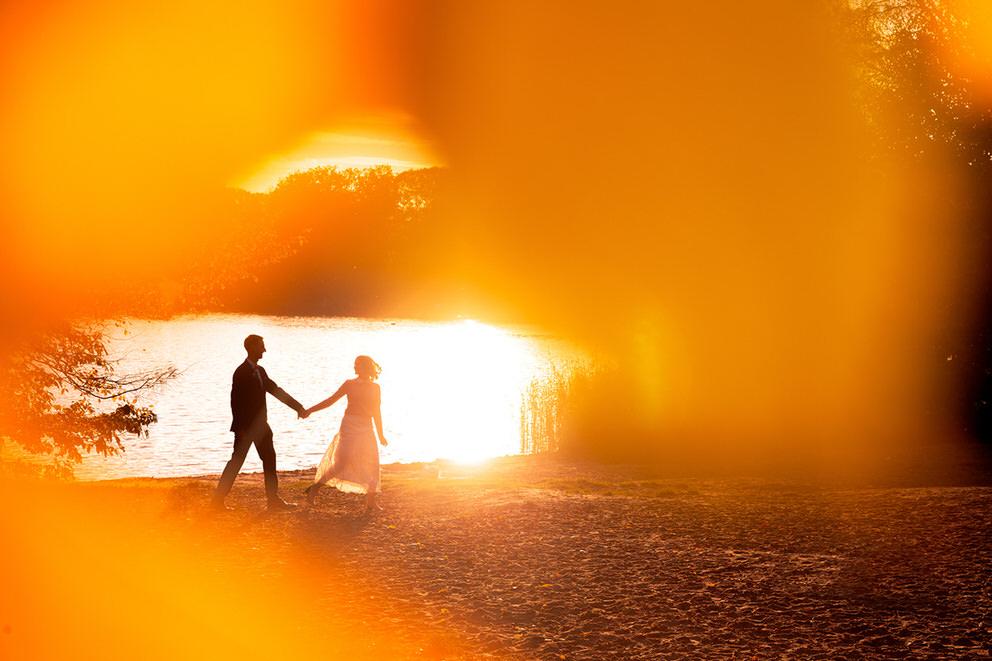 Hochzeitsfotos im Herbst bei Sonnenuntergang